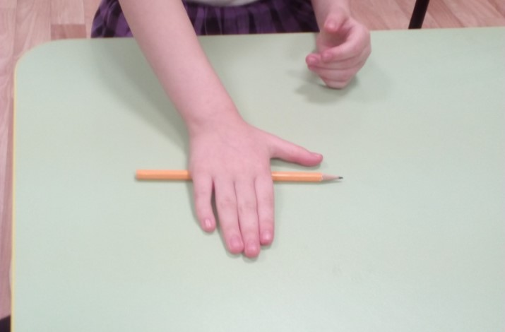 Коли немає часу ні на що, я катаю в руках простий олівець або ручку, щоб зберігати здоров'я!